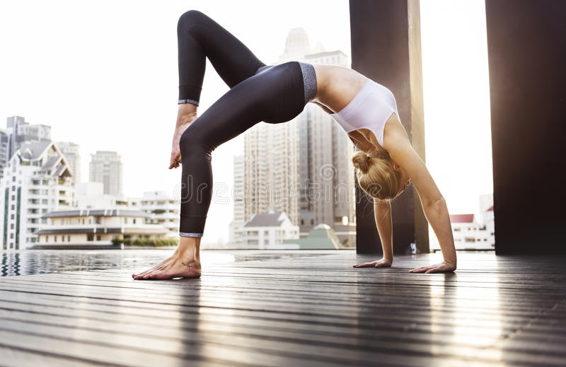 Frauen-Yoga-Praxis-Haltungs-Trainings-Konzept stockfoto