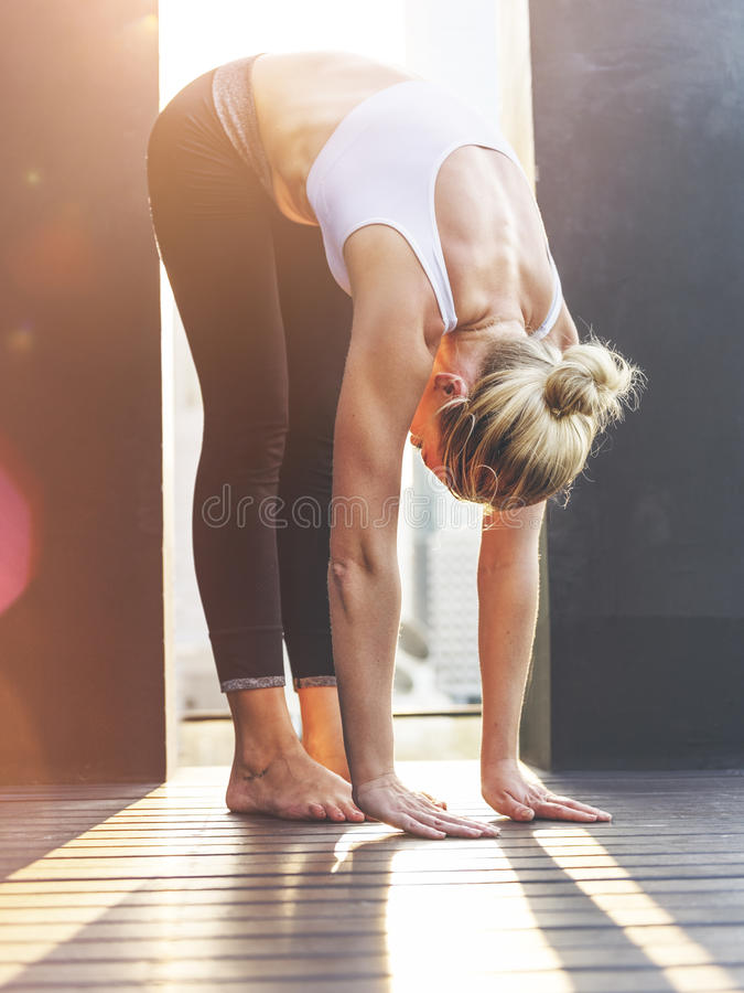 Frauen-Yoga-Praxis-Haltungs-Trainings-Konzept stockfotos