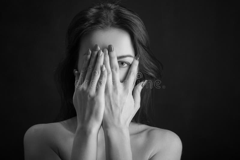 Frauenabdeckungsgesicht lizenzfreie stockbilder