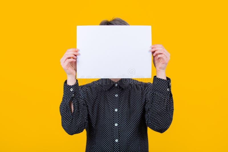 Frauenabdeckungsgesicht mit Papier stockfotografie