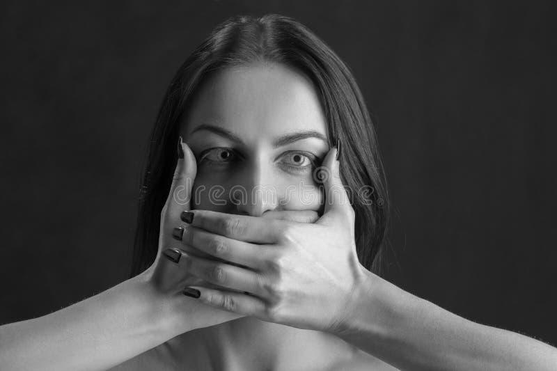 Frauenabdeckungsmund lizenzfreies stockfoto