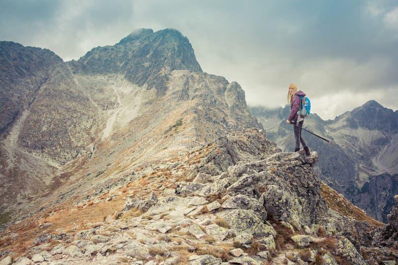 Frauenabenteuerwanderer im Hochgebirge lizenzfreie stockfotos