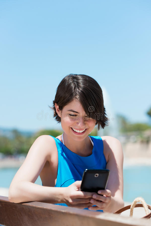 Frauenablesen sms auf ihrem Mobile stockfotografie