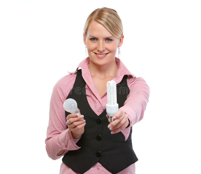 Frauenangestellter, der Leuchtstofflampe gibt stockbild