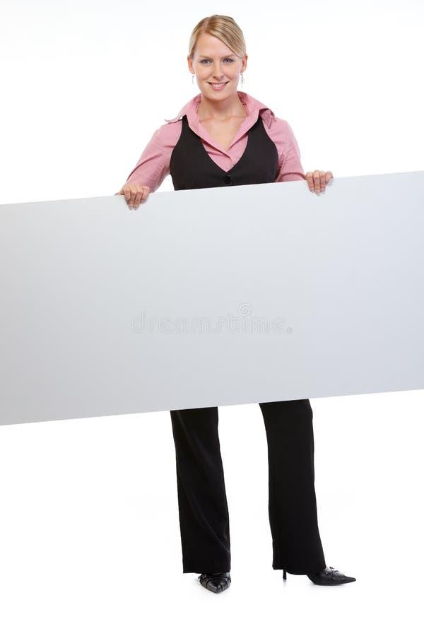 Frauenangestellter, der unbelegte Anschlagtafel anhält lizenzfreie stockfotos