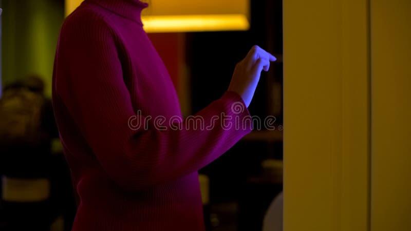 Frauenanmeldungskarte online unter Verwendung des Bildschirms mit Ber?hrungseingabe, elektronische Technologie stockbild