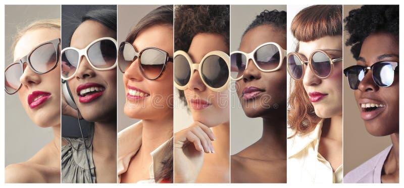 Frauenanstarren lizenzfreie stockfotos