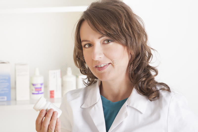 Frauenapotheker mit einer Flasche Drogen lizenzfreie stockbilder
