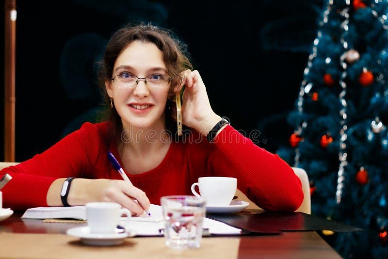 Frauenarbeiten im Weihnachten und in den Neujahrsfeiertagen lizenzfreie stockbilder