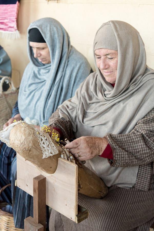 Frauenarbeitsspitze stockbild