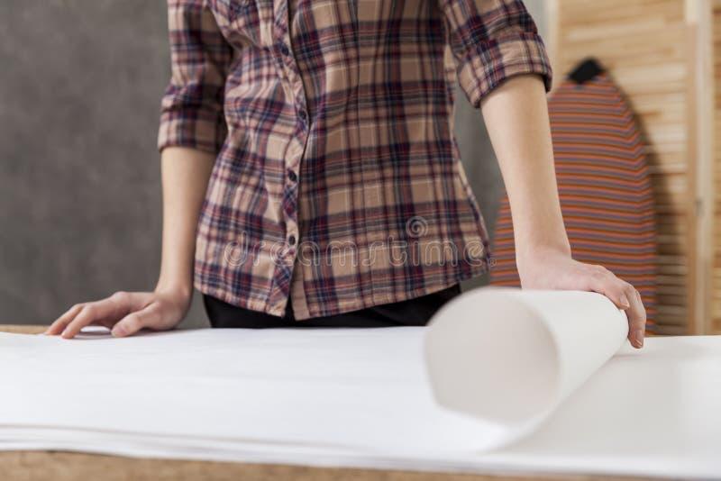 Frauenarchitekt im braunen karierten Hemd lizenzfreie stockfotos