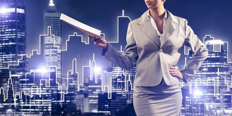 Frauenarchitekt oder -ingenieur, die Baukonzept darstellen und in der Hand Dokumente verwahren lizenzfreie abbildung