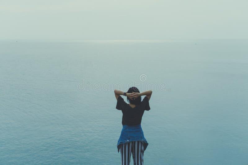 Frauenaufstiegshände bis zum Himmelfreiheitskonzept stockfotos
