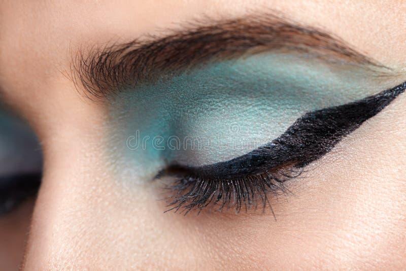 Frauenauge mit schönen Türkis smokey Augen lizenzfreie stockbilder