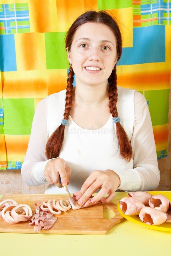 Frauenausschnitt der gekochten calamaries lizenzfreies stockbild