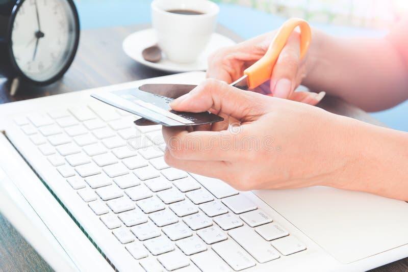 Frauenausschnittkreditkarte, on-line-Einkaufen stockfotos
