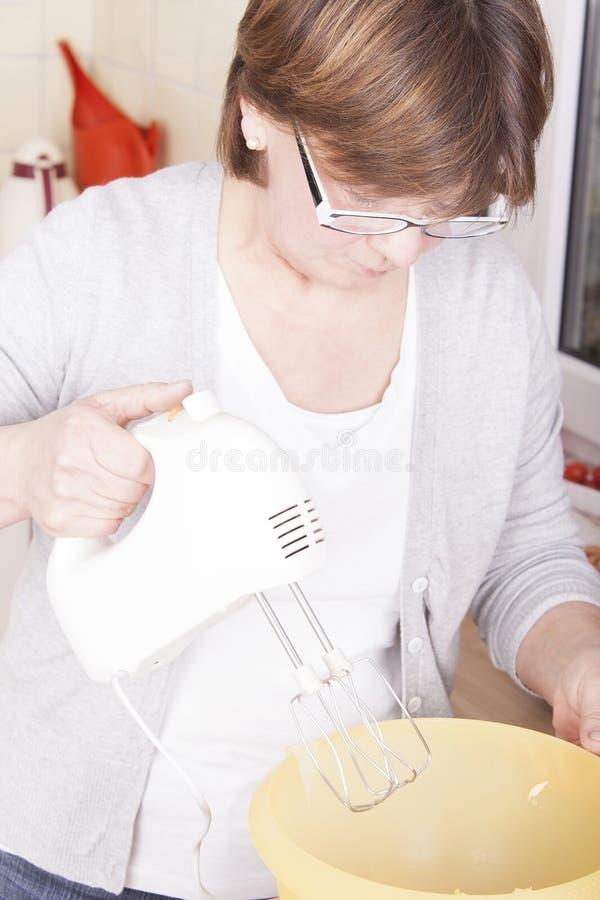 Frauenbacken lizenzfreies stockfoto