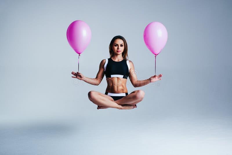 Frauenballonlevitation stockbild