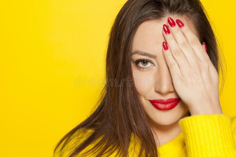 Frauenbedeckung ihr Auge lizenzfreie stockfotos