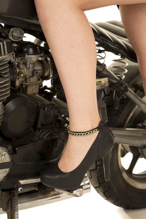 Frauenbein im Fersenmotorrad lizenzfreie stockbilder