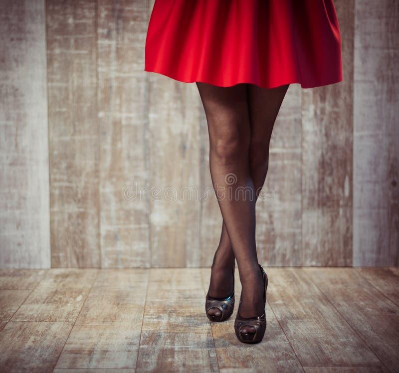 Frauenbeine im schwarzen Strumpf lizenzfreie stockfotografie