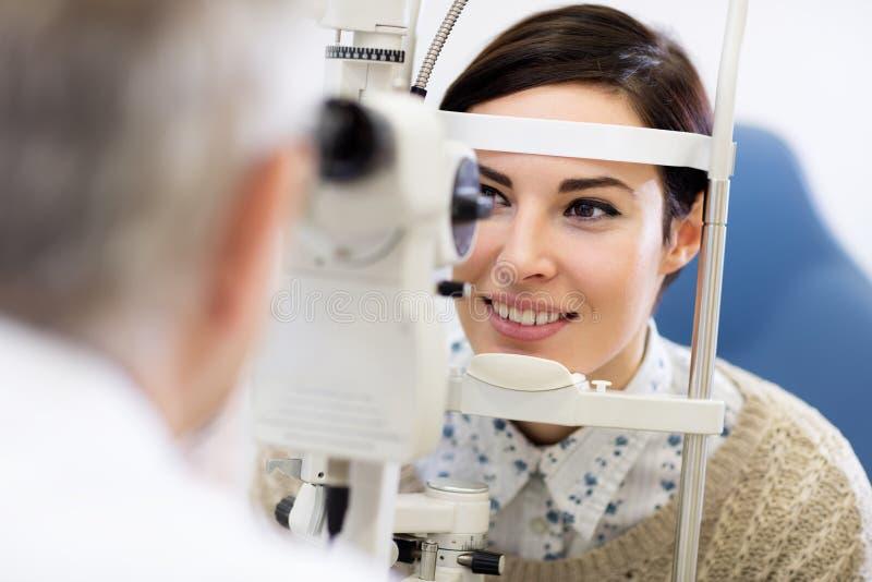 Frauenblick im Ophthalmoskop stockfoto