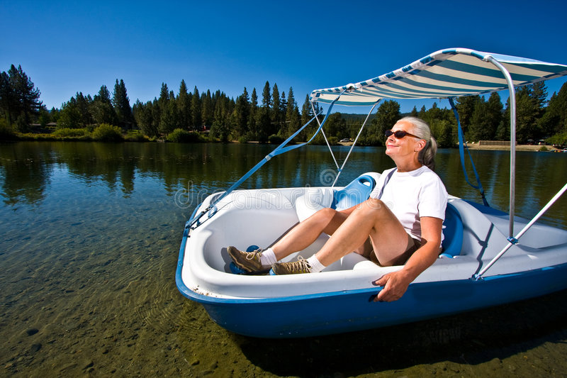 Frauenbootfahrt lizenzfreie stockfotografie