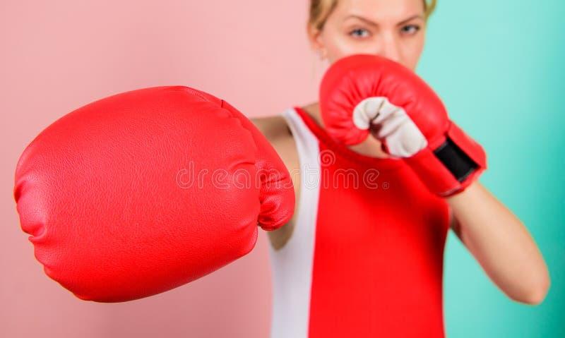Frauenboxhandschuhe gerichtet auf Angriff Ehrgeizige M?dchenkampfboxhandschuhe Weibliche Rechte Ich werde Sie weg treten stockbilder