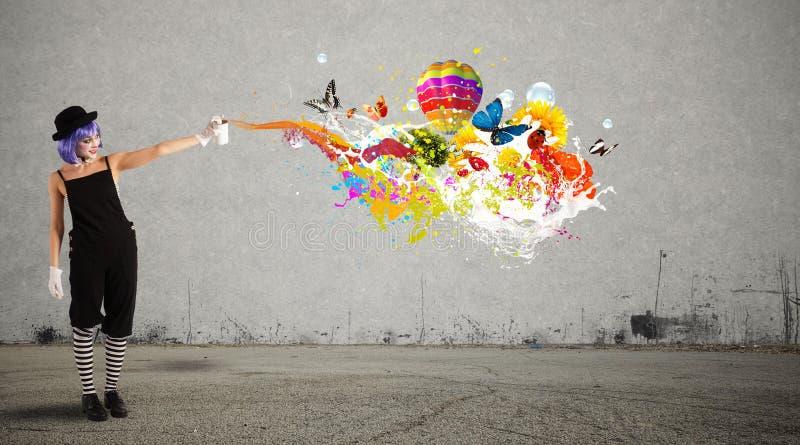 Frauenclown mit farbigem Spray lizenzfreies stockbild