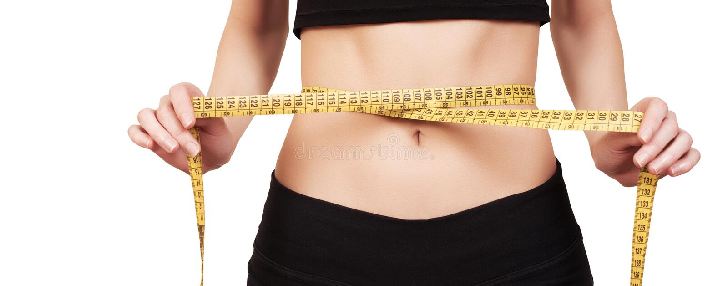 Frauendarstellen, wie viel Gewicht sie verlor Eignungsmädchen, das ihre Taille mit Maßband, isolat misst stockbild