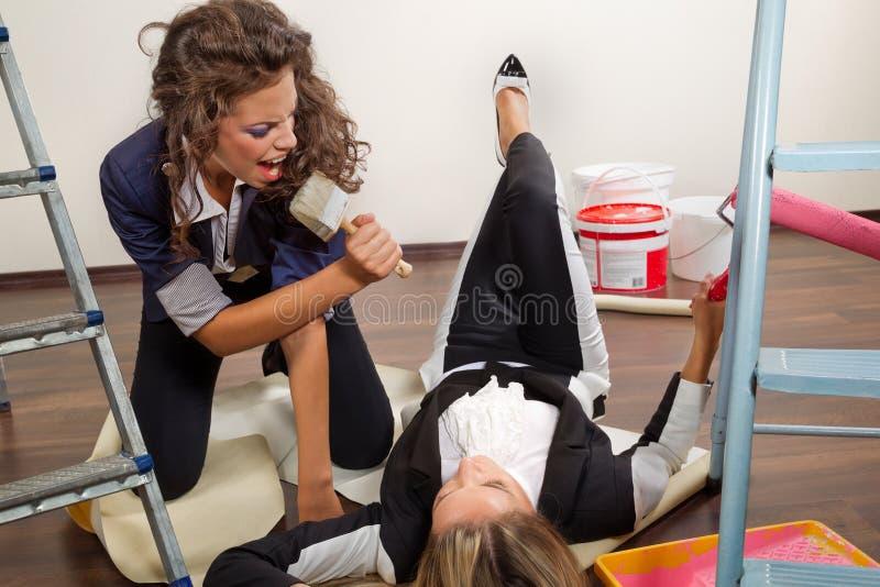 Frauendekorateure, die mit ihrer Ausrüstung aufwerfen stockfoto