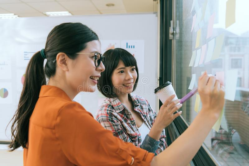 Frauendesignerführer unter Verwendung des Farbstiftschreibens stockfoto