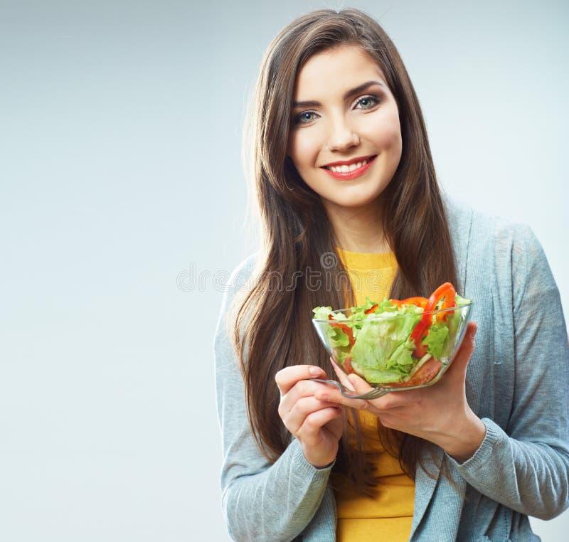 Frauendiät-Konzeptporträt. Grüner Salat des weiblichen vorbildlichen Griffs. lizenzfreies stockfoto