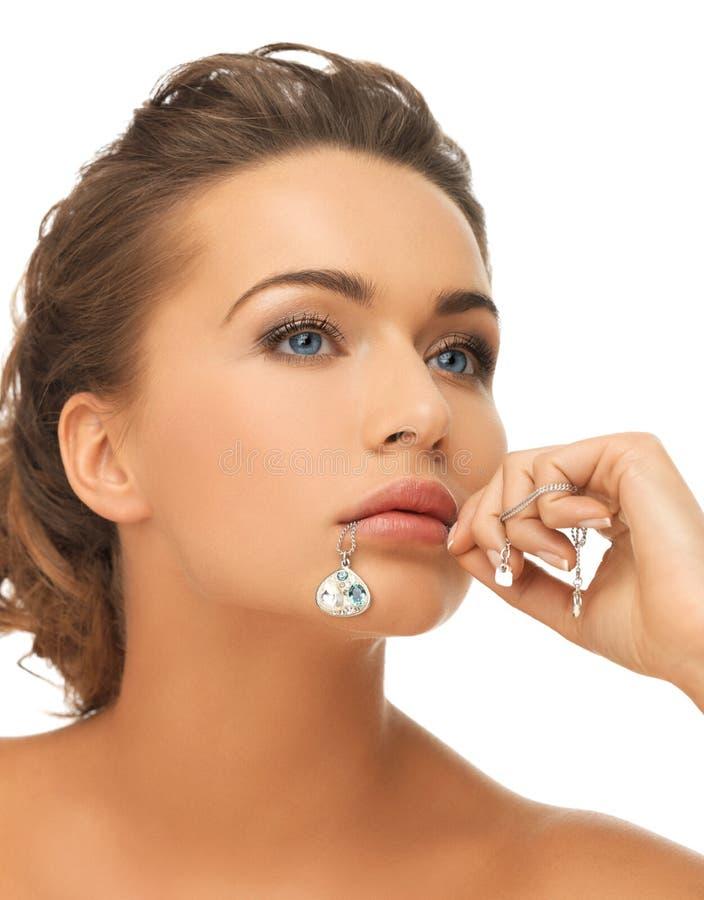 Frauendiamantanhänger im Mund stockfotos
