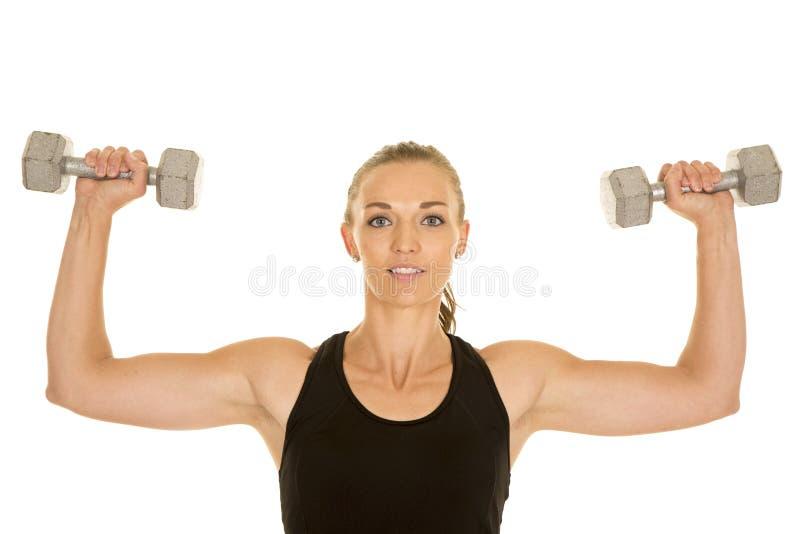 Fraueneignungsschwarz-Trägershirtflex mit Gewichten schauen stockfotos