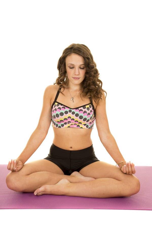 Fraueneignungssport meditiert die geschlossenen Augen lizenzfreie stockfotos