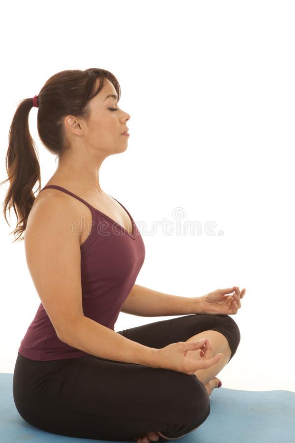 Fraueneignungsyoga meditiert Seite stockfotografie