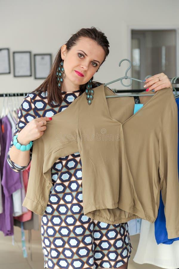 Fraueneinkaufen für Kleidung lizenzfreie stockfotografie