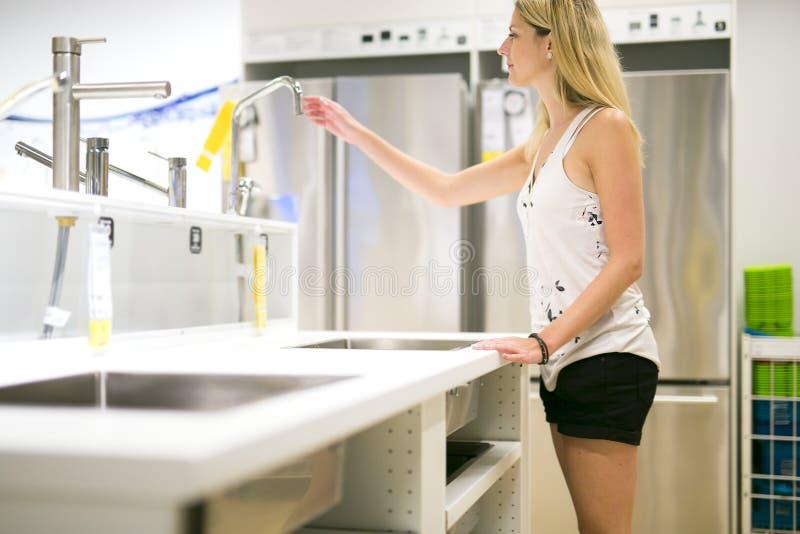 Fraueneinkaufen für Möbel in einem Möbelgeschäft lizenzfreie stockbilder