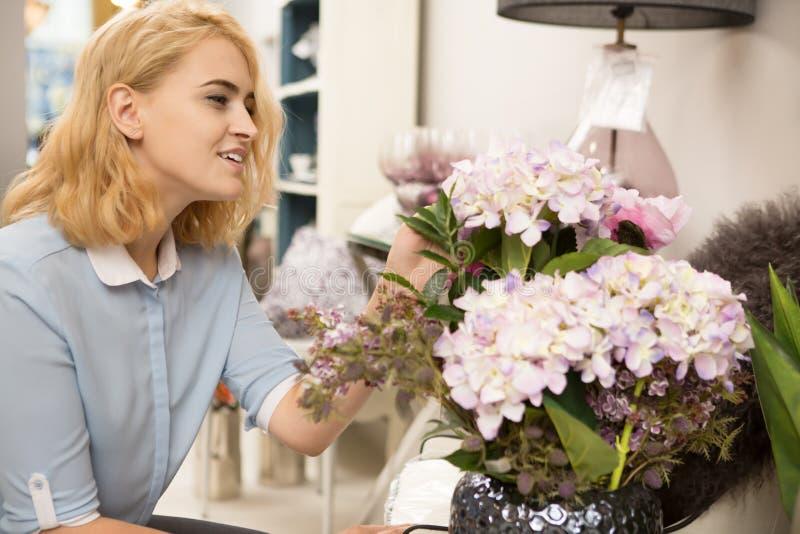 Fraueneinkaufen an homeware Speicher lizenzfreies stockbild