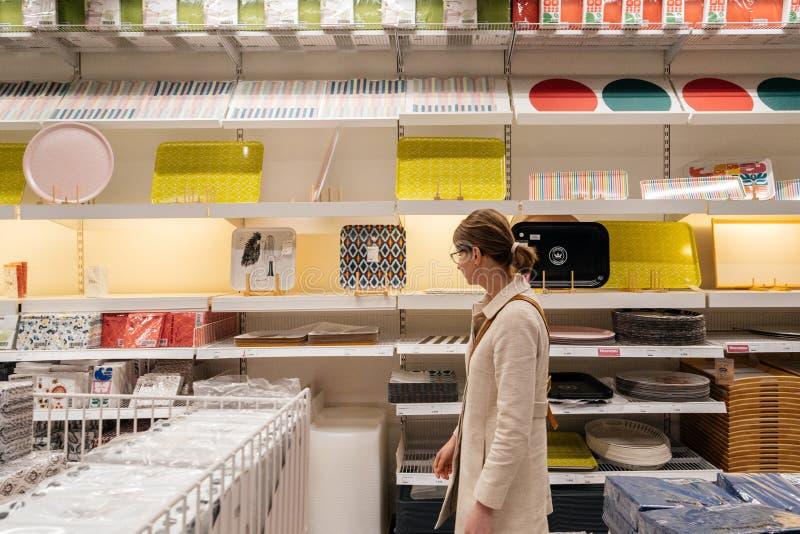 Fraueneinkaufen in IKEA-Möbelgeschäft lizenzfreie stockfotos