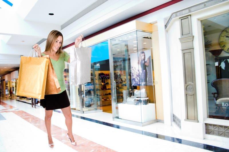 Fraueneinkaufen im Mall stockfotos