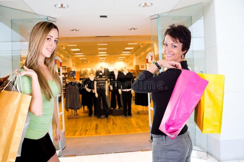 Fraueneinkaufen im Mall lizenzfreies stockfoto