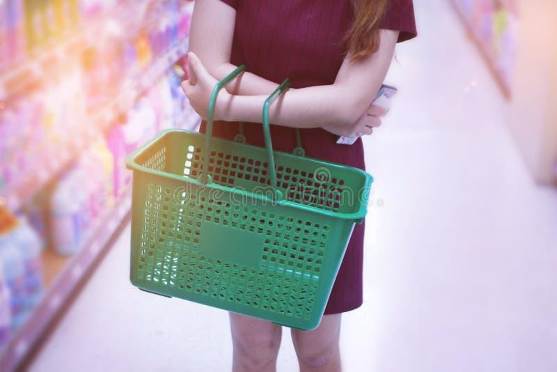 Fraueneinkaufen im Supermarkt stockfoto