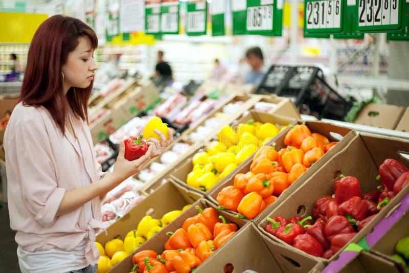Fraueneinkaufen im Supermarkt lizenzfreie stockfotografie