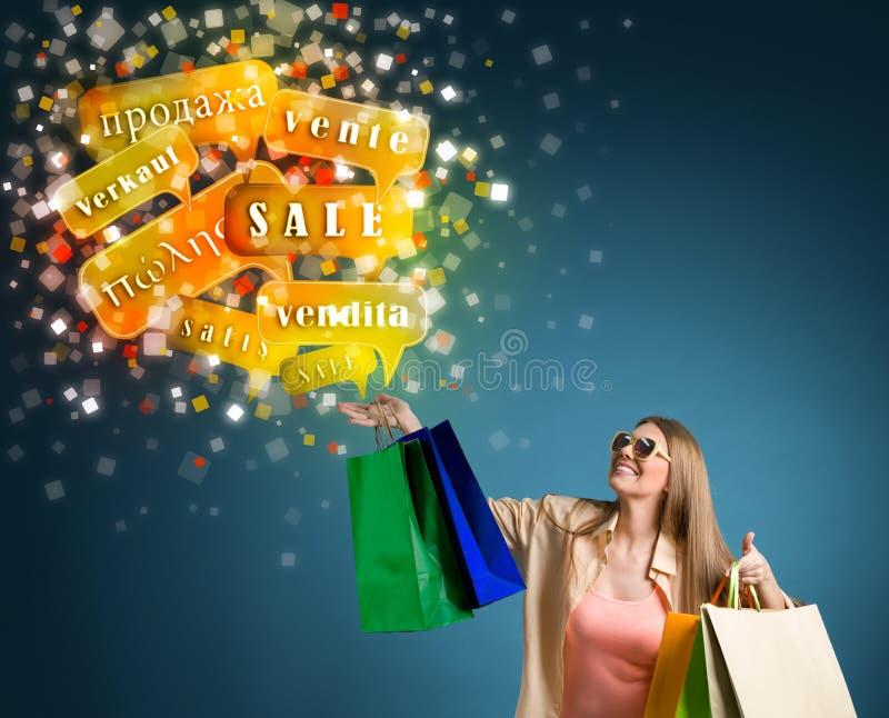 Fraueneinkaufen mit den Verkaufswörtern international lizenzfreie stockfotos