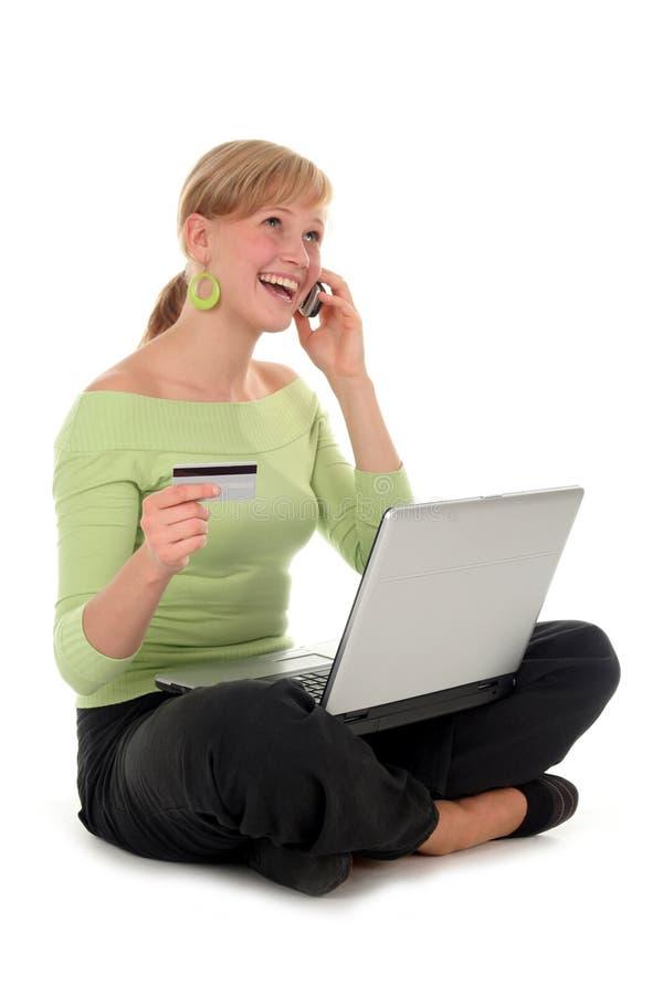 Fraueneinkaufen Online lizenzfreies stockfoto