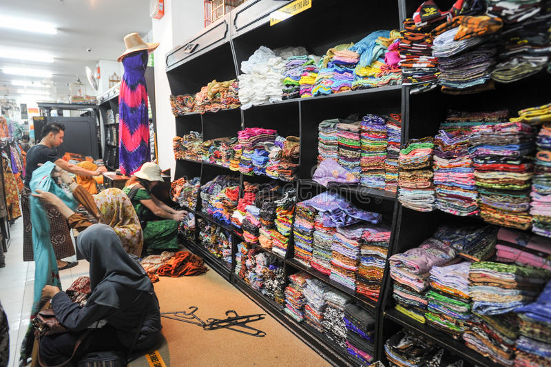 Fraueneinkaufenbatik kleidet in Yogyakarta in Indonesien lizenzfreie stockfotografie