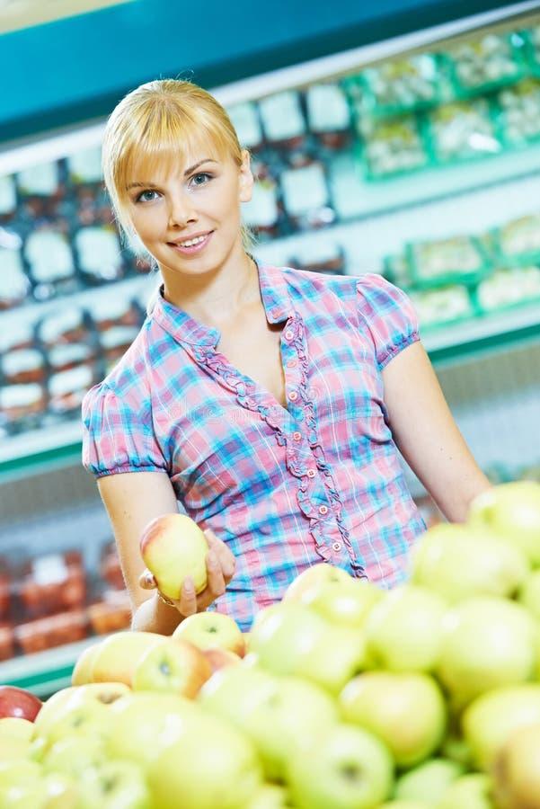 Fraueneinkaufsfrüchte stockbild