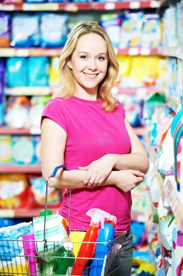 Fraueneinkaufstoilettenartikel und Haushaltsputzzeug lizenzfreie stockfotos